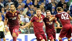 Roma move two points clear of stumbling...