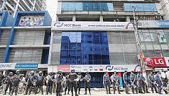 'Robbers' flee through police enclosure...