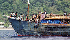 Malaysia halts people-smuggling ship...