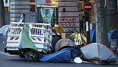 Paris begins clearing 3,000 migrants...