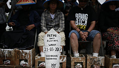 Indonesian farmers cement feet to protest...