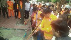 Gulshan Society initiates road cleaning...