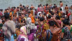 Devotees perform Gangasnan on Pagla...