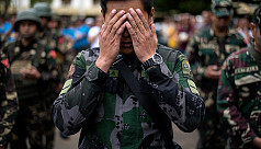 Philippine troops raise flag as bombs...