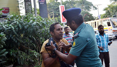 Traffic sergeant assaults photojourno in Dhaka