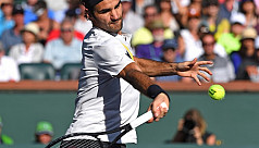 Federer breezes into quarters, Halep...