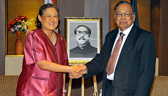 Foreign minister holds meeting with...