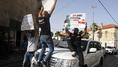 Palestinian protesters throw eggs at...