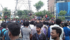 BUBT students block road to protest...
