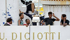 Italy lets migrants off stranded boat...