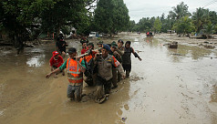 Indonesian rescuers hunt for dozens...