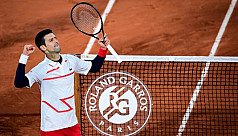Ailing Djokovic battles into French...
