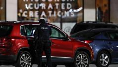 8 hurt in shooting at US mall, gunman still at large